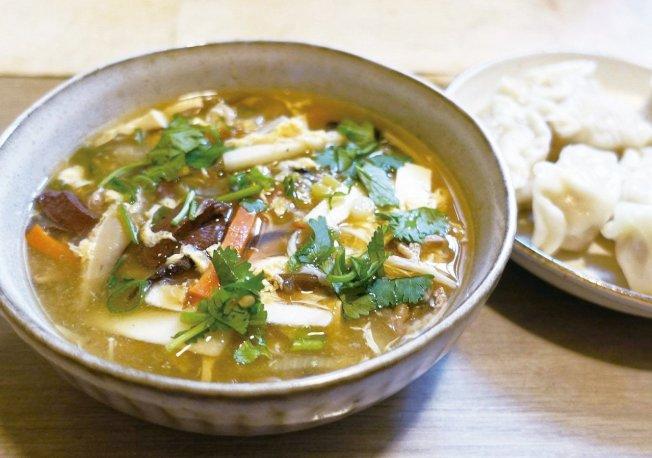 酸辣湯可變化成酸辣湯餃跟酸辣麵。圖/太陽臉