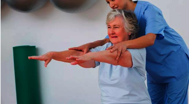 職業理療師幫助癌症患者康復。(希望之城提供)