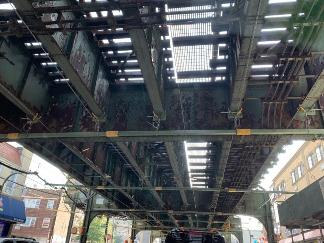 地鐵高架軌道頻繁墜物砸傷行人車輛引起公眾擔憂,MTA將對全市長達60哩的高架鐵軌進行為期一周的突擊檢查。(記者劉大琪/攝影)