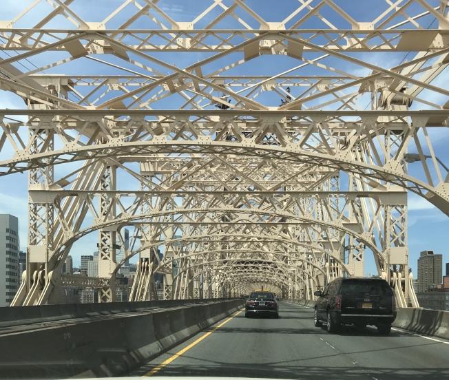 市交通局日前表示,將對皇后區大橋上層的路面進行全面更換,預計工程將持續數年。(記者和釗宇/攝影)