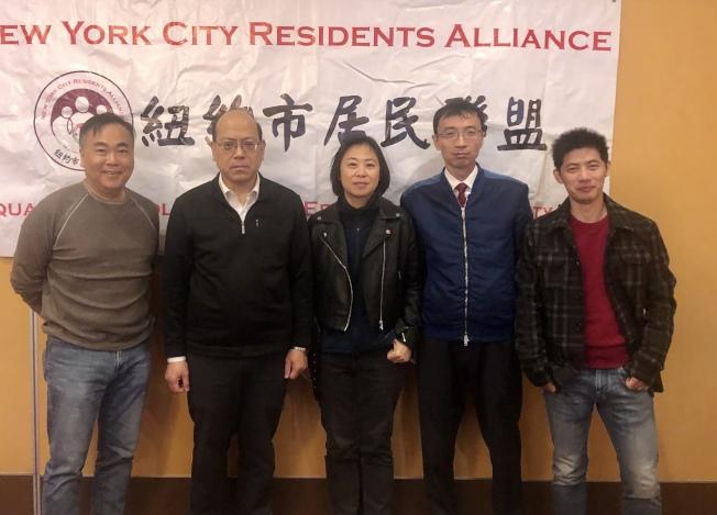 紐約市居民聯盟呼籲所有華裔選民踴躍投票,左起:羅維宗、黃友興、朱雅婷、臧東慧、吳洵。(記者朱蕾╱攝影)