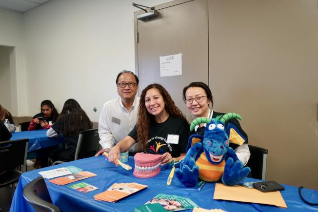 洛杉磯縣公共衛生局派出專員Abrey Daniel(中)與Rita Chen(右)監督義診進程。(記者陳開/攝影)