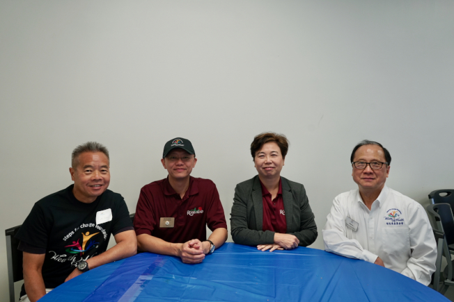 階進慈善基金會執行長Kevin Ip(右一)與羅斯密市議員勞朱嘉儀(右二)及鄧樹燦(右三)合影。(記者陳開/攝影)