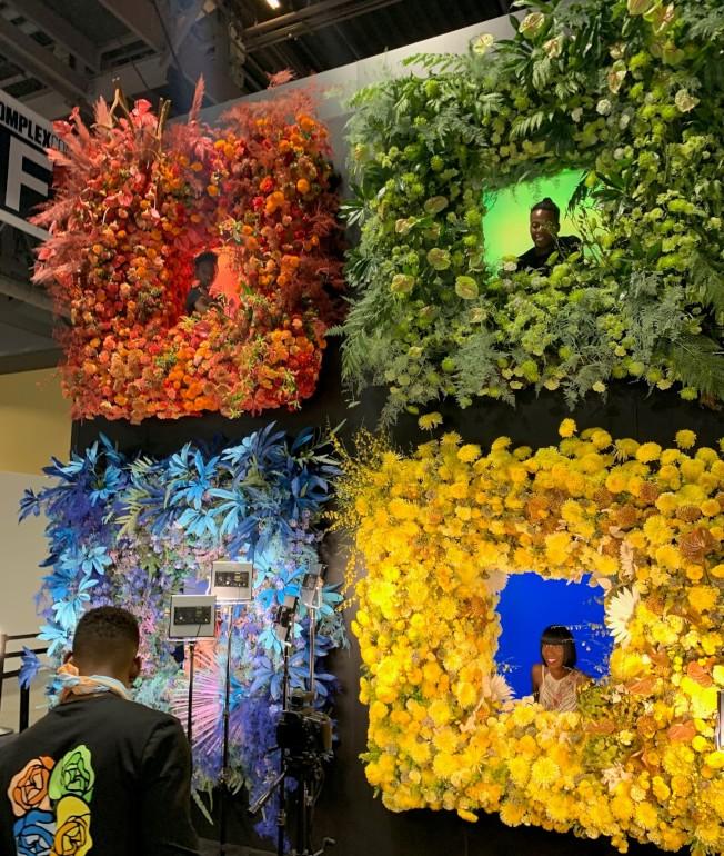 微軟的拍照花墻在「潮人展」上很醒目,只是為了給到場者拍照使用。(記者馬雲/攝影)