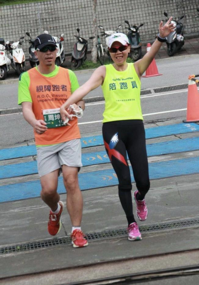 周坤芳與陪跑員侯美花在其他賽事中練跑。(侯美花提供)