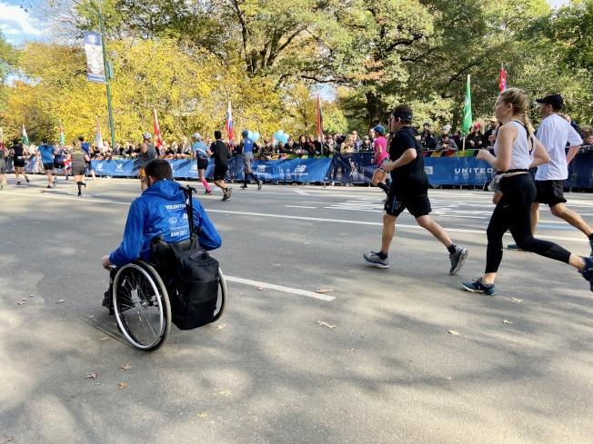 輪椅組跑者奮力跑完全程。(記者鄭怡嫣/攝影)