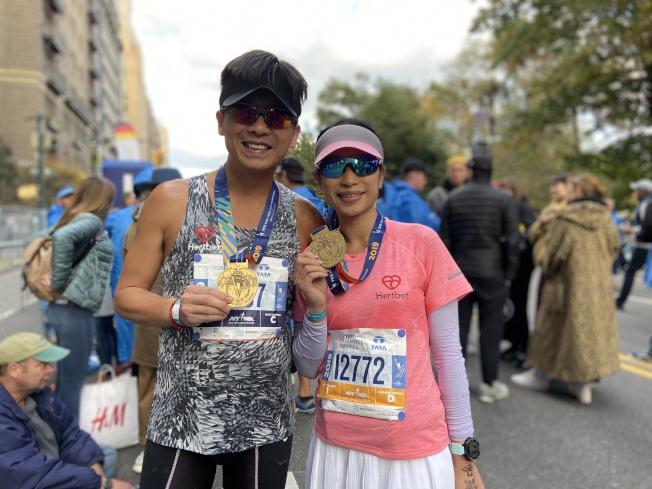 來自香港的一對夫婦跑完全程後展示獎牌。(記者鄭怡嫣/攝影)