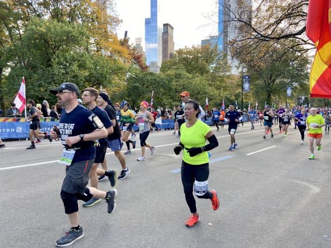紐約馬拉松比賽裡華人跑者不少。(記者鄭怡嫣/攝影)