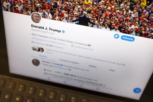 紐約時報分析川普上任至今的1.1萬則推文,發現他183次吹噓自己的造勢場合人多、受歡迎。圖為今年6月27日川普的推特。(美聯社)