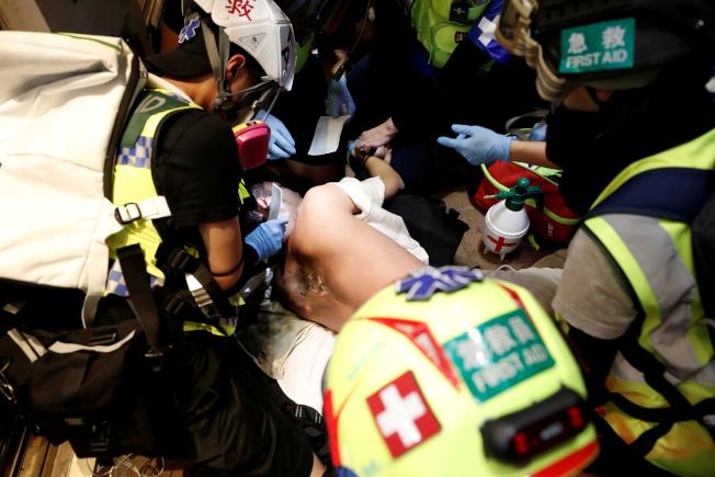 催淚彈在空中爆開,部分落在一名急救員義工背部,致其背部嚴重燒傷。(路透)