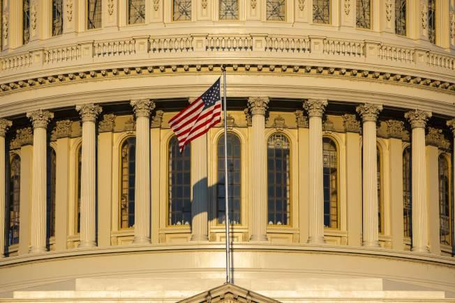 2020年總統大選進入倒數一年,參選人面對的是一個分裂的美國。圖為陽光照耀下的國會大廈。 (Getty Images)