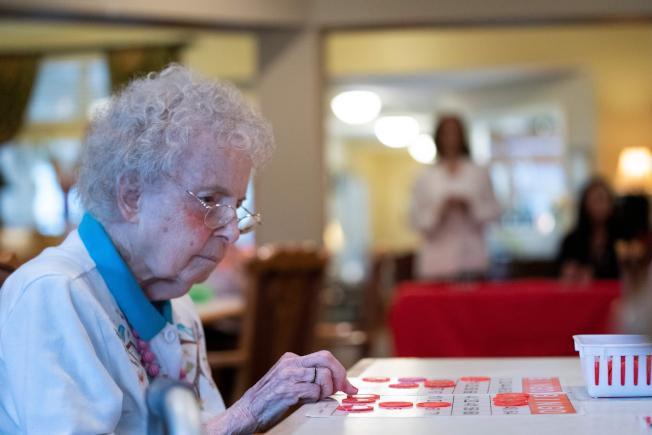 最新研究顯示,居住地對一個人壽命長短的影響超乎想像。圖為愛阿華州一名老人專注地玩賓果遊戲。(Getty Images)