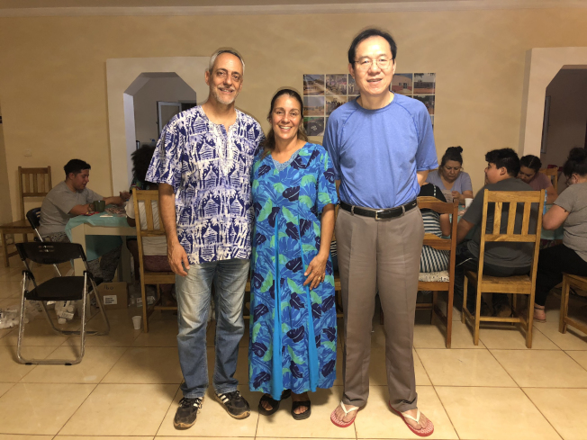 徐俊醫生與艾達夫婦於2019年3月在塞內加爾基地。(作者提供)