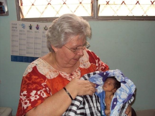 伊莎貝爾媽媽2018年抱著新生兒,所有的孩子和義務工作人員都叫她媽媽,她單身一人,卻有有近千個孩子。(作者提供)