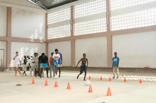 孤兒們在孤兒院體育館玩足球。(作者提供)
