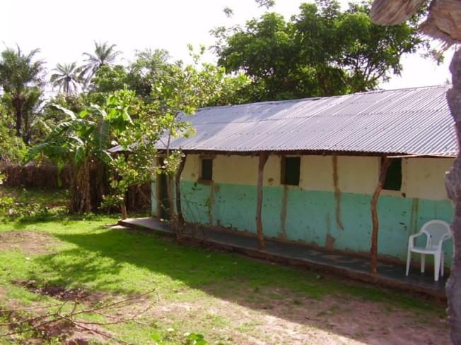 艾達團隊在島上建築的小屋,沒有窗戶,蚊蠅遍地,瘧疾、登革熱和寄生蟲病到處肆虐。(作者提供)