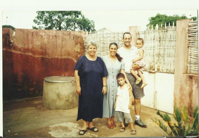 艾達一家和伊莎貝爾媽媽。(作者提供)
