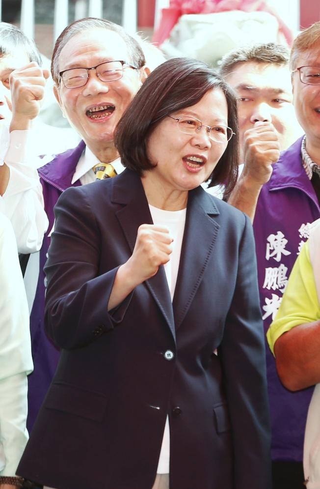 圖為蔡英文總統3日前往高雄鳥松北極殿參拜,批對手韓國瑜政治承諾出問題,像「政治泡沫」。(記者曾原信/攝影)