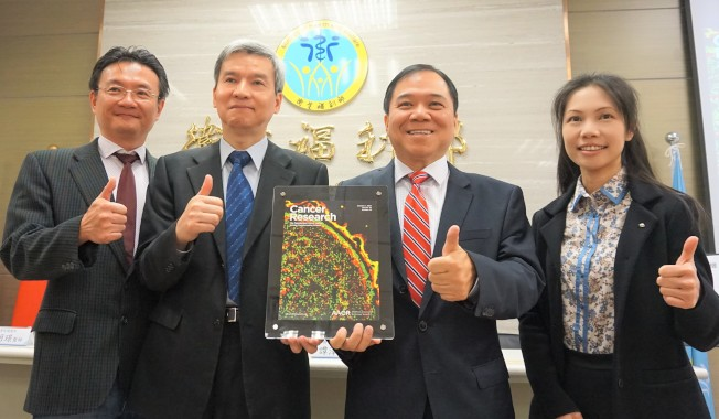 國衛院免疫醫學研究中心主任譚澤華(右二)與助研究員莊懷佳(右一)。(記者羅真/攝影)