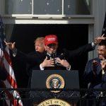 國民訪白宮  捕手戴MAGA帽  川普獻熊抱