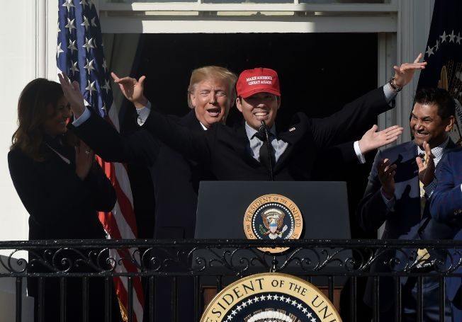 戴著川普競選口號「讓美國再次偉大」帽子的捕手鈴木清,上台時獲得川普讚賞。(Getty Images)