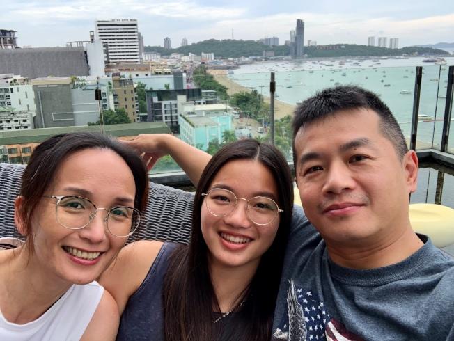 劉素安一家三口照,她表示退休後有更多時間陪伴女兒和丈夫。(劉素安提供)