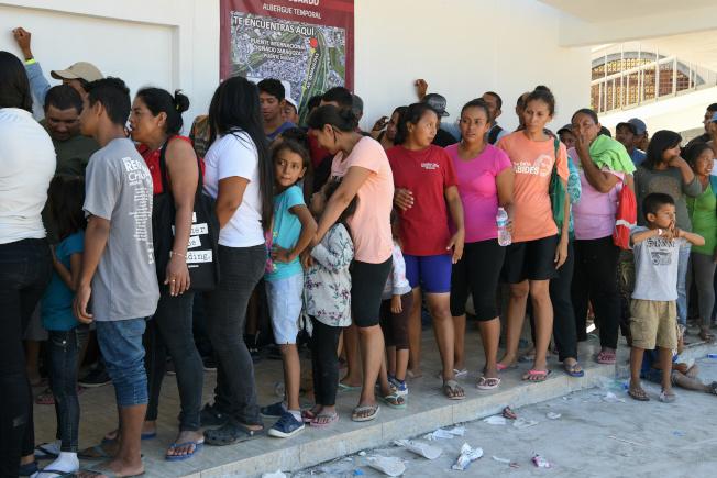 川普政府對尋求庇護的人設限,入境不到一年者不發工作許可。圖為在墨西哥排隊等候申請美國庇護的中美洲移民。(路透)