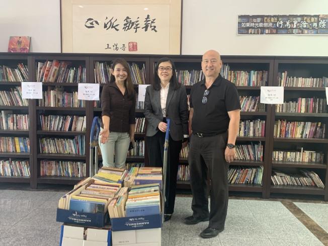 蒙特利公園市市長梁僑漢(右)、夫人于珣(左)4日捐贈逾500本書籍,充實世報讀書角。社長于趾琴(中)接受捐書表達感謝。(記者高梓原/攝影)