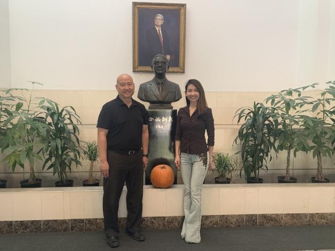 市長夫人于珣(右)分享祖父輩和世界日報創辦人王惕吾先生的淵源。(記者高梓原/攝影)