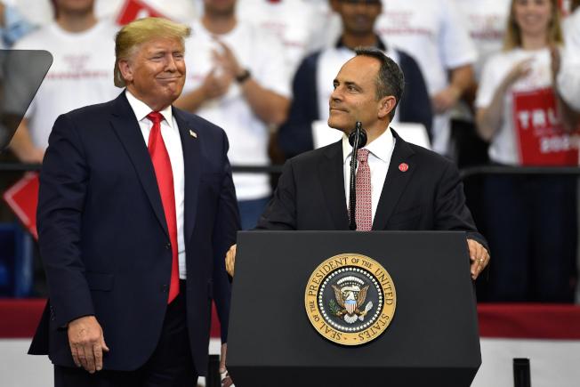 川普總統(左)4日晚間到肯塔基州為肯州共和黨籍州長貝文(右)站台。(美聯社)