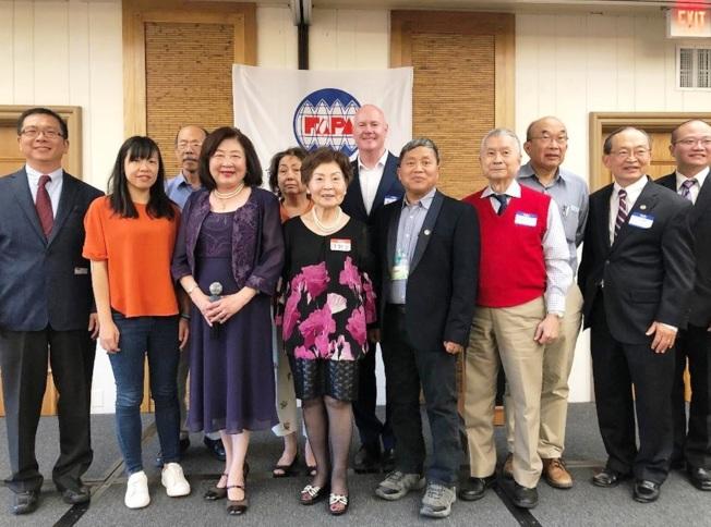 黃河芬(前排左三)連任台灣人公共事務會柑縣分會2020會長。(圖:橙僑中心提供)