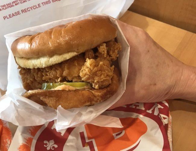 佰百雞的「炸雞漢堡」 深受歡迎。(記者張大仁/攝影)