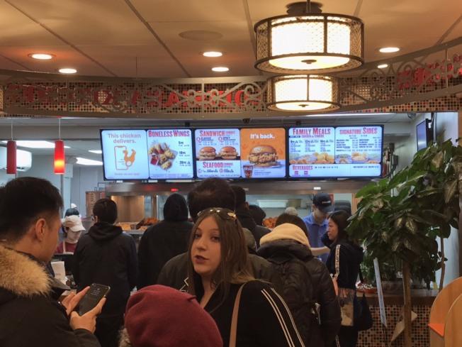 佰百雞的「炸雞漢堡」 深受歡迎,民眾大排長龍 。(記者張大仁/攝影)