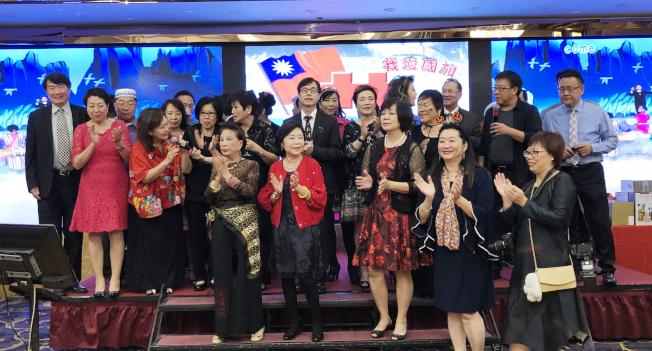 加州台灣同鄉聯誼會日前舉辦「慶祝中華民國108年雙十國慶蒙市升旗感恩餐會」,加台聯成員合唱「愛拚才會贏」慶祝活動成功舉辦,現場氣氛歡樂融洽。(記者李雪╱攝影)