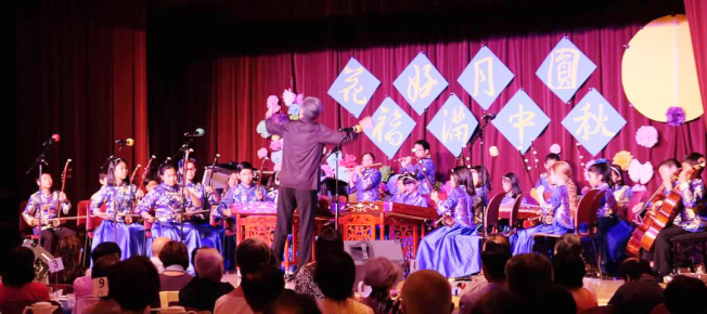 小時代中文學校國樂團日前參加拉古納山莊華人聯誼會舉辦的「花好月圓,福滿中秋」晚會,團員們表演精采。(小時代中文學校提供)