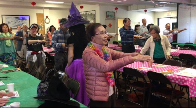 南加州台灣人長輩會日前在艾爾蒙地鶴園老人公寓舉辦「萬聖節化妝會暨慶生會」。圖為長者開心跳健康操。(記者謝雨珊╱攝影)