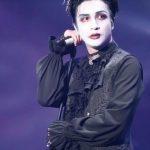 薛之謙扮小丑開唱摔落舞台 網質疑「戲精自導自演」