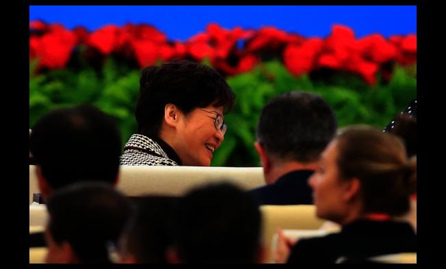 香港特首林鄭月娥5日出席第二屆中國國際進口博覽會,不時顯露出好心情。 (路透)