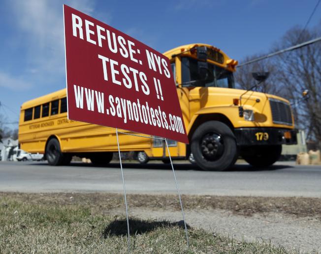 州教育局展開兩年研究 決定高中畢業會考存廢。圖為路邊一個標語牌呼籲家長拒絕讓子女參加州會考。(美聯社)