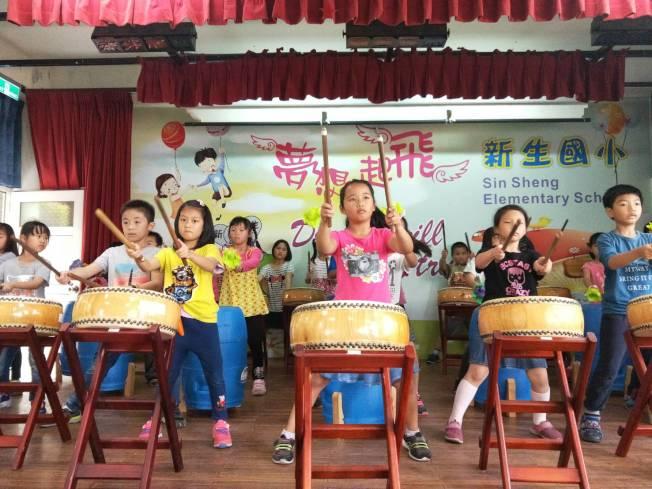 媽媽聯誼會2019年補助台灣新生國小成立的擊鼓隊。(媽媽聯誼會提供)