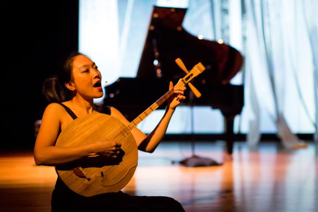 音樂家徐秋雁10日將在聖地牙哥台灣中心舉行個人作品「九門」音樂會,結合台灣民間音樂,帶來月琴演奏。(徐秋雁提供)