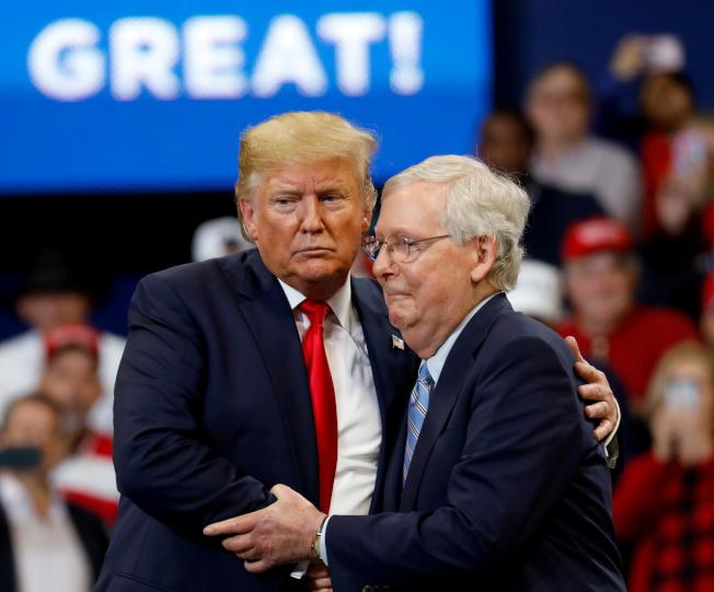 今年選舉對川普而言,是另一種考驗。圖為川普(左)到肯塔基州助選,與參院多數黨領袖麥康諾相擁。(路透)