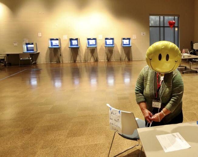 5日舉行的選舉,可視為2020大選的前哨戰,圖為明尼蘇達州一個投票所準備開放投票。(美聯社)
