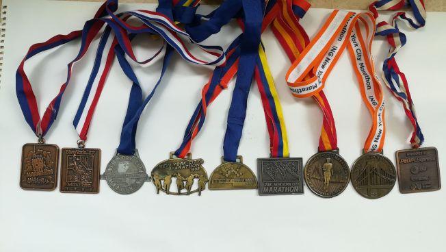 阿九哥完成紐約市馬拉松的紀錄鐵牌。