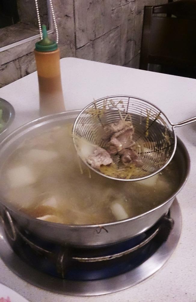 冬天進補要小心,羊肉爐、薑母鴨雖然美味,但燥熱體質者不宜吃太多。(圖:台灣彰化醫院提供)