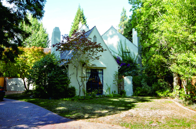 北加州舒曼夫婦將其Palo Alto的家以1400萬元超高價賣給臉書創辦人查克柏格持有的公司,並以680萬元在Atherton興建一棟新宅,接獲8萬元產業稅單,是他們舊屋稅單(不到2萬元)的四倍有餘。(網路照片)