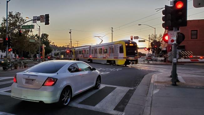 輕軌通過南巴市老城區,交通十分便利。(記者李雪/攝影)