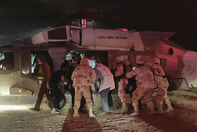 索諾拉州衛生廳發布照片顯示,醫護人員正協助把傷者送上墨西哥空軍飛機,轉院搶救。(Getty Images)