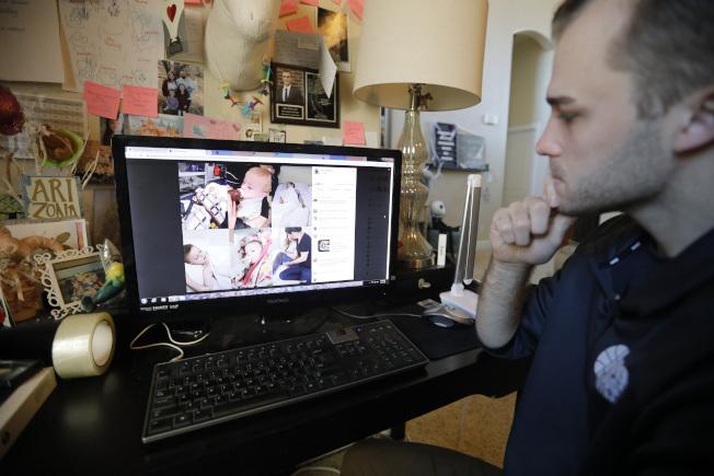 遇害家族在猶他州的親戚奧斯汀.克洛斯盯著電視,關心倖存孩童在醫院救治的情況。(美聯社)