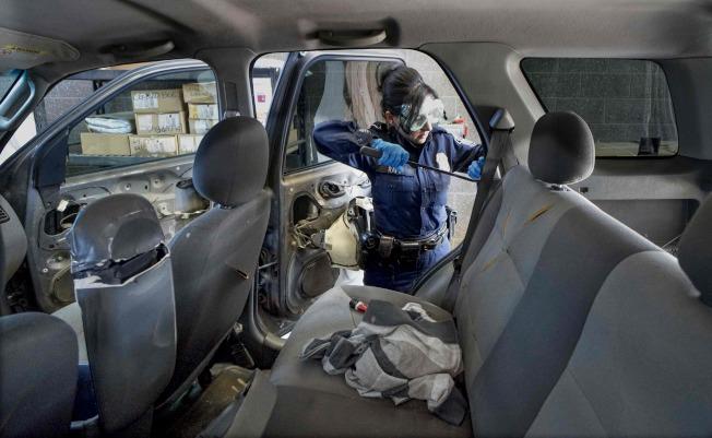 美墨邊境持續緝毒,但很難禁絕。圖為美國移民及海關執法人員在聖以西鐸關口檢查一輛懷疑藏毒的汽車。(Getty Images)